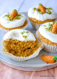 rezept für luftige möhren muffins mit süßer frischkäse haube und marzipan möhrchen