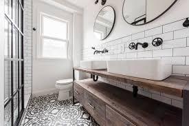 badezimmer weiß mit holz gestalten tolle kombinationen und