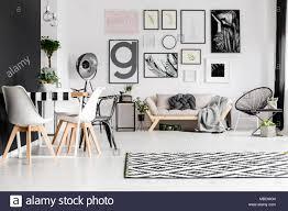 gallery esstisch mit stühlen und sofa mit decke und