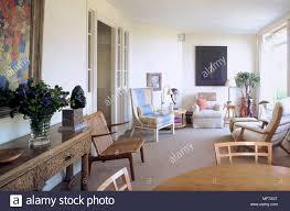 ein modernes wohnzimmer mit sitzecke gepolsterte sessel