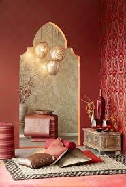 orientalisch wohnen deko ideen kissen braun golden tapeten
