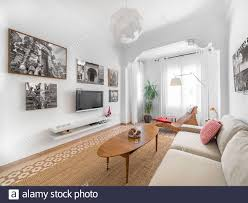 gemütliches scandi boho wohnzimmer mit natürlichem ratan
