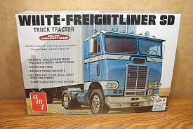 AMT WHITE-FREIGHTLINER SD TRUCK TRACTOR 1/25 SCALE MODEL KIT ...