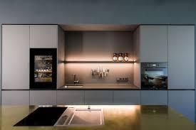 küche mittelblock messing schwarzer einbauschrank raumhoch