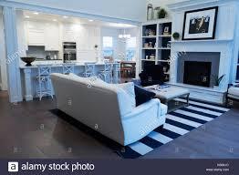 ein offenes wohnzimmer mit offener küche eingebaute