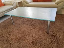 schmelzglas clubtisch mit edelstahl füssen v möbel hubacher