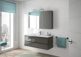 badezimmer mit waschtisch und spiegelschrank