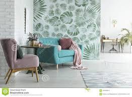 monstera tapete im wohnzimmer stockbild bild decke