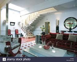 grau sessel und roten plüschsofa im 30er jahre stil vorraum