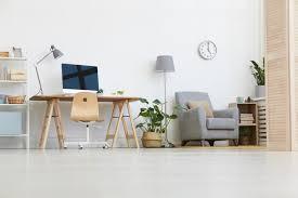 bild des arbeitsplatzes mit computermonitor und sessel im