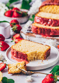 veganer zitronenkuchen mit erdbeeren glasur