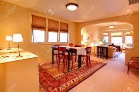 geräumiges esszimmer mit tisch set und blick auf wohnzimmer