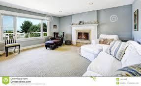 hellblaues wohnzimmer mit weißem sofa und kamin stockfoto