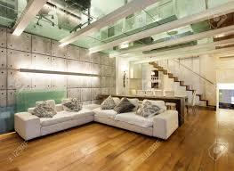 große galerie mit modernen möbeln im wohnzimmer