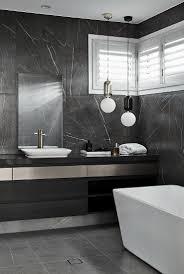 modernes maskulines bad in schwarz und bild kaufen
