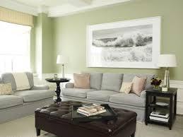 grüne wand und schwarz weißes foto als deko im wohnzimmer