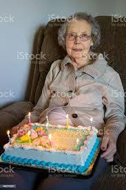 90jährige frau zu ihrem geburtstag mit kuchen stockfoto und mehr bilder 70 79 jahre