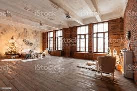 loftapartments im stil bett im schlafzimmer hohe fensterfronten ziegelwand mit kerzen und weihnachtsbaum warm und braun stockfoto und mehr bilder