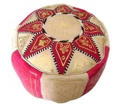 pouf marocain cuir traditionnel beige et fuchsia au palais des