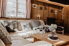 gemuetliches wohnzimmer mit ledersofa deckenbeleuchtung
