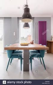 moderne esszimmer interieur mit hölzernen tisch türkis