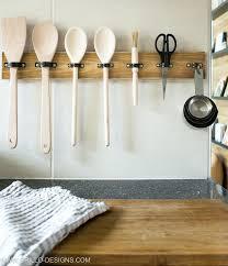 lettre cuisine en bois un support pour ustensiles de cuisine avec une planche de bois