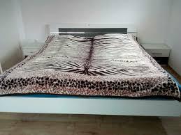 schlafzimmer bett mit nachttischen