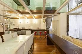 breite loft mit modernen möbeln in esszimmer