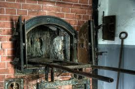 chambre a gaz four crématoire près de la chambre à gaz chez mauthausen image stock