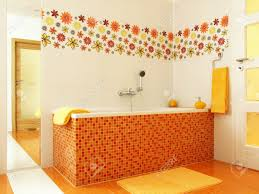 bunte mosaik badezimmer mit badewanne und orange gelb handtücher