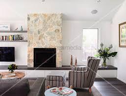 sandsteinwand wohnzimmer theworldisaquack