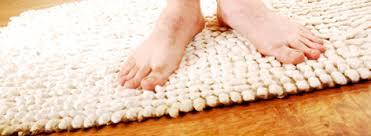 badteppich aus kunstfaser baumwolle oder naturmaterialien
