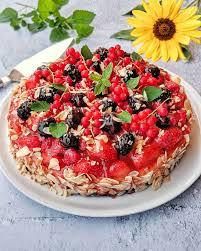 obstkuchen mit vielen bunten fruechten