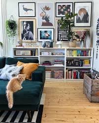 wohnzimmer sofa velvet green gallery wand eklektisches bild