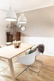 skanditraum im altbau helle farben weiße stühle und ein