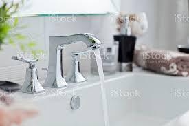 gießen wasser aus bad wasserhahn modernen stockfoto und mehr bilder abfluss