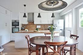 cuisine ouverte sur salle a manger une cuisine ouverte sur la salle à manger toute de blanc et de bleu