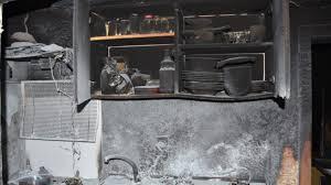 frau vergisst öl beim gespräch mit nachbarin küche brennt