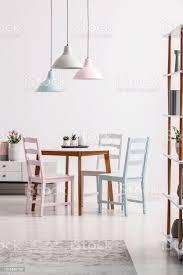 pastell len über tisch und stühle in weiß esszimmer interieur mit grauen teppich echtes foto stockfoto und mehr bilder blume