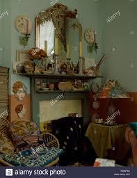 30er jahre china collection in altmodischem wohnzimmer