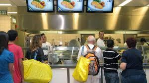 ikea mitarbeiter enthüllt darum kostet der hotdog seit