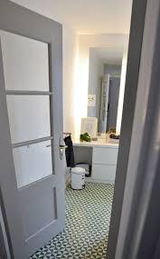 eingang kinderbad mit typischer 30er jahren glastüre