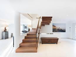 halbgewendelte offene treppe aus holz und glas zig zag