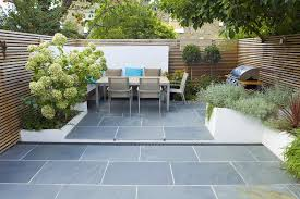 The Excellent Of Contemporary Garden Design Ideas With Wooden Trellis Fence Plus Patio Furniture Set And Stone Paving Slabs Flooring Decorative Plants