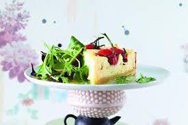 ziegen cheesecake auf kräutersalat