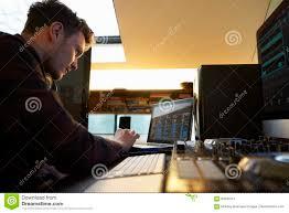 junger mann verfassende musik auf laptop computer im