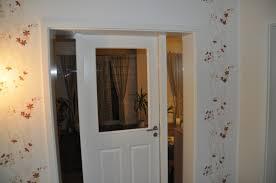 weisse innentür mit lichtausschnitt und seitenteil aus glas