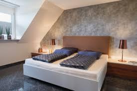 modernes schlafzimmer mit raumteiler und ankleide modern