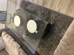 wohnzimmer tisch mit 2 sitzhocker