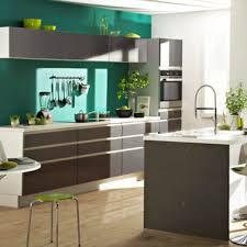 couleurs cuisines peinture cuisine couleur vert émeraude et meubles platine but